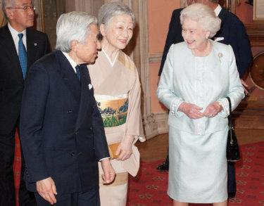 La reine salue l'empereur japonais Akihito et l'impératrice Michiko lors d'un déjeuner organisé pour les souverains souverains en l'honneur du jubilé du diamant à Château de Windsor en mai 2012.