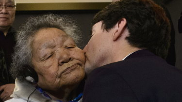 Trudeau kisses Inuit elder Alacie Joamie after delivering an official apology.