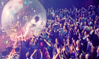 The Flaming Lips' Wayne Coyne has a ball at the Sydney Opera House.