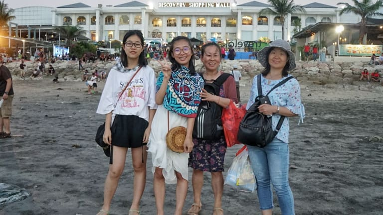 Dian Yu (second from left) and her friends in Bali.