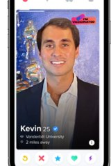 An example of Tinder's vaccine badges in the US.