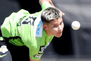 Issy Wong bowling for the Sydney Thunder.