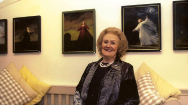 Dame Joan Sutherland in front of some of Michael Stennett's costume designs.