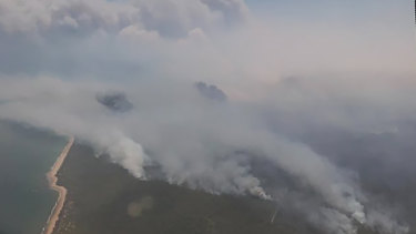 A bushfire in central Queensland is threatening homes in Deepwater and Baffle Creek.