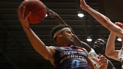 NBL star the first domino to fall as Aussie sport reckons with athlete vax hesitancy
