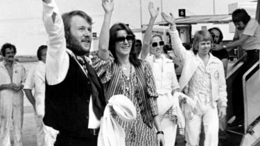 Benny and Frida were the first off the plane to wave to fans at Melbourne's Tullamarine Airport in 1977.