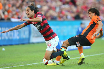 Thomas Broich and Jerome Polenz clash in the 2014 A-League grand final.