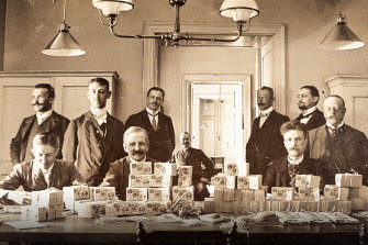Riksbank bankers in 1904 with fresh Swedish krona notes.