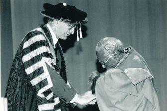 Peter Baume, as ANU Chancellor, presents an honourary degree to Archbishop Desmond Tutu.