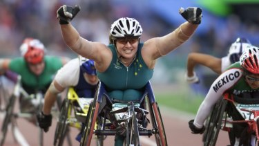 Louise Sauvage wins gold in a women's 5000m T54 final in Sydney 2000.
