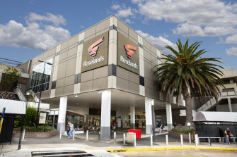 Private investor JY Group has paid $ 167 million for a 50 percent stake in Roseland's Shopping Center in southwestern Sydney.