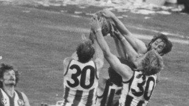 Ross Dunne takes a mark before levelling scores in the 1977 grand final.