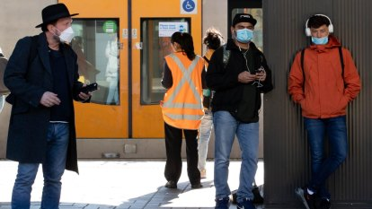 NSW Health 'strongly advising' commuters to wear masks, as Sydney CBD cluster grows