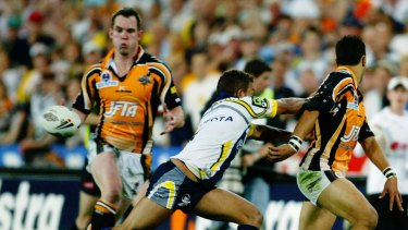 Benji Marshall flicks to Pat Richards for the match-sealing try in the 2005 grand final.