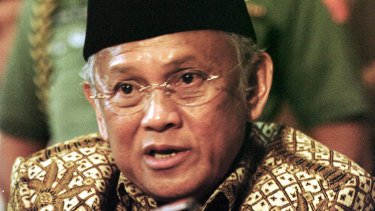 B.J. Habibie announcing that he was withdrawing from 1999 presidential election.