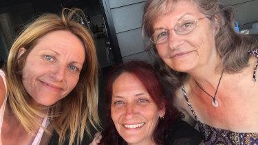 Amanda with her sister Linda and late mum, Sunny.