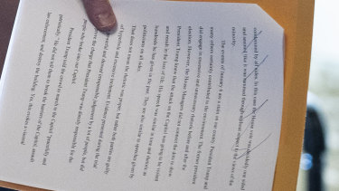 El senador Bill Cassidy sostiene un documento que indica que se está preparando para votar para absolver a Donald Trump.