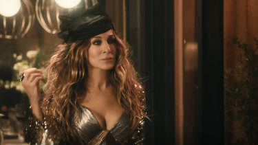 Sarah Jessica Parker revives Carrie Bradshaw in the Stella Artois ad.