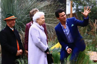 Phillip Johnson (right) and collaborator Wes Fleming show the Queen around their Chelsea Flower Show exhibit in 2013.