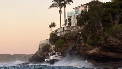 Man dies after being winched from boat on rocks in Sydney's south