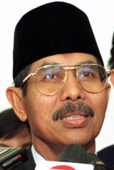 Mohammad Yunus Yosfiah answering press questions in 1999.