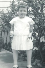 Lyn Rowe as a child with prosthetic arms and legs.