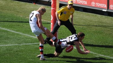 Heath Shaw smothers Nick Riewoldt's kick in the 2010 grand final.