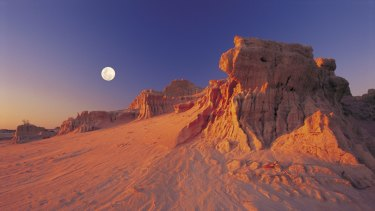 The Walls of China in Mungo National Park.