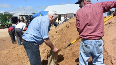 Forbes residents make sand bags with the SES in preparation for the flood.