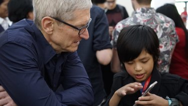 Soerianto shows his app to Apple CEO Tim Cook.