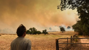 A bush fire near Wodonga, on the NSW border, threatens homes.