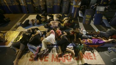 Protesters outside the Indonesian embassy in Manila wait for news of Veloso's fate.