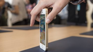 The iPhone SE looks almost identical to 2013's 5s, inclusing those flat blocky sides.