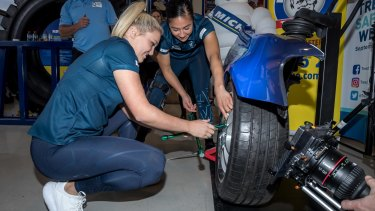Carlton's Jessica Hosking and Darcy Vescio team up to compete against the Western Bulldogs to see who can change a tyre fastest.