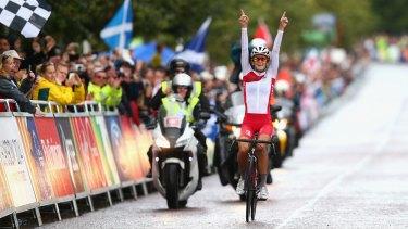 Lizzie Armitstead celebrates her win.