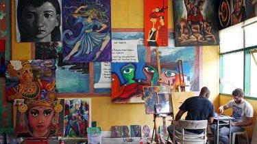 Australian artist Ben Quilty teaches Sukumaran to paint in Kerobokan Prison.