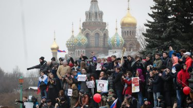 Thousands of people crowd St Petersburg on Sunday for an unsanctioned protest against the Russian government, in the most extensive show of defiance in years.