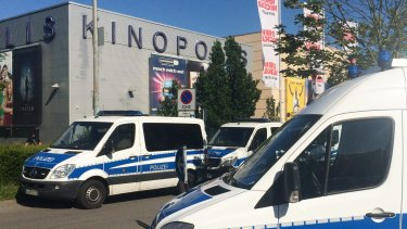 Police cars stand in front of the cinema in Viernheim.