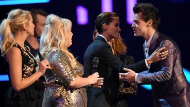 Harry Styles accepts the ARIA for Best International Artist from the cast of Pitch Perfect 3 (L-R) Anna Camp, Rebel Wilson and Ruby Rose.
