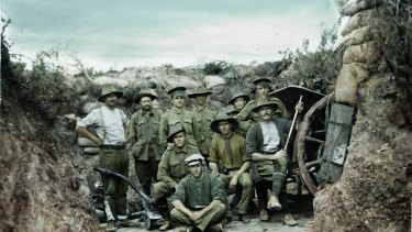 Members of the 2nd Light Horse Regiment (Qld) together with men from a field artillery battery near an 18-pounder field gun position at Gallipoli.