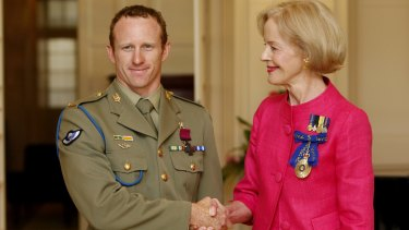 Governor General Quentin Bryce awards Trooper Mark Donaldson the Victoria Cross medal in 2009.