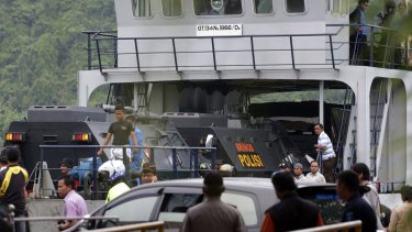 Indonesian police armoured vehicles carrying Andrew Chan and Myuran Sukumaran move into a ferry to be transferred to the penal island.