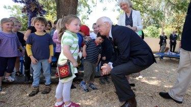 Victorian Governor Alex Chernov speaks with Piper Fechete at Koroit Kindergarten.