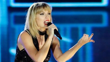 Taylor Swift has been denounced by the US's leading civil liberties group after threatening to sue a blogger over an unfavourable article.