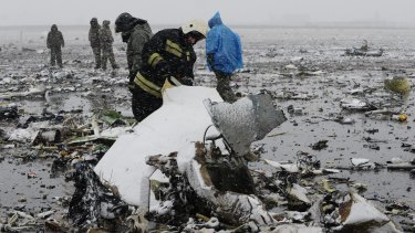 Russian Emergency Ministry employees at the crash site.