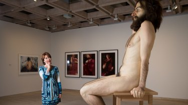 Author Kathy Lette with Ron Mueck's sculpture <i>Wild Man</i> at the Art Gallery of NSW.