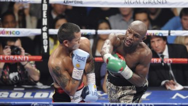 Marcos Maidana (left) of Argentina fights WBC/WBA welterweight champion Floyd Mayweather Jr. of the U.S. during their title fight at the MGM Grand Garden Arena in Las Vegas, Nevada September 13, 2014. Mayweather remains undefeated.