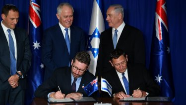 Malcolm Turnbull and Benjamin Netanyahu watch Australian ambassador to Israel Chris Cannan and Director General of the Israeli Ministry of Defence Ehud Adam sign Defence Industries Agreements.