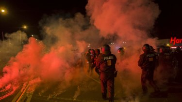 Right wing protesters in the German town of Heidenau on the weekend hurl flares to protest against the state housing asylum-seekers.