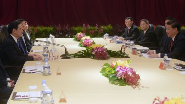 Chinese President Xi Jinping (right) and Taiwanese President Ma Ying-jeou in Singapore.